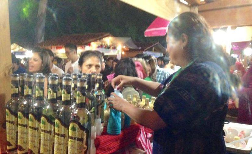 Actualmente la industria del mezcal en Oaxaca mantiene a más de 26 mil familias y se estima que la bebida genera un total de cinco mil empleos directos y 25 mil indirectos. (Facebook/ FIM)
