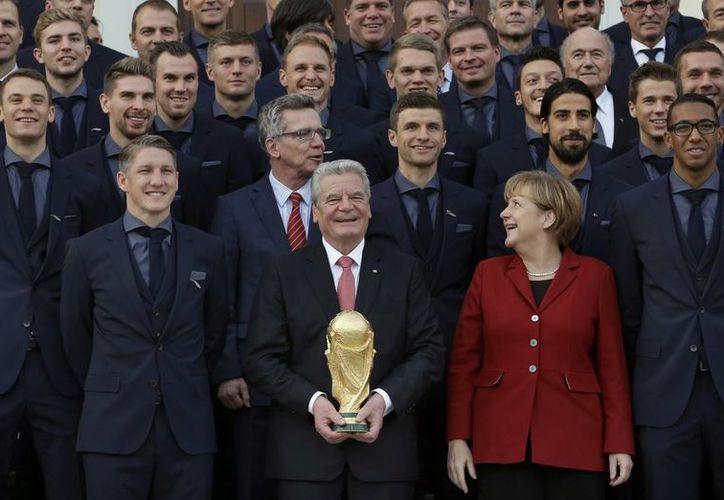 El presidente Joachim Gauck (c) con la selección alemania que fue campeona del Mundial de Brasil. (Foto de AP)
