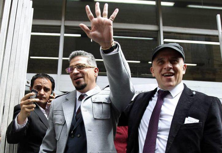 Carlos Hernando y Gonzalo Ruiz, una vez casados, abandonan la corte en Bogotá. (Agencias)