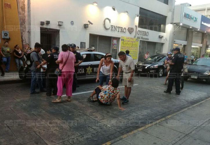 Una mujer hizo su berrinche por una multa de tránsito: se tiró al piso en plena calle 65 del Centro Histórico. (José Acosta/SIPSE)