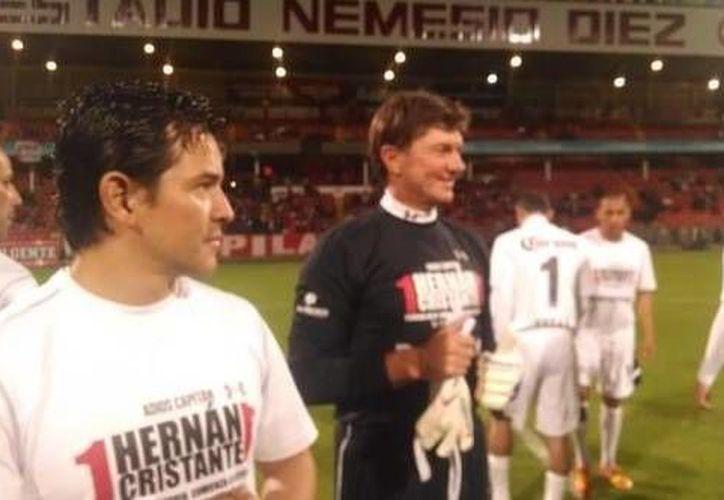 Hernán Cristante (d) convivió durante su partido homenaje con figuras del Deportivo Toluca de varias épocas gloriosas. En esta foto aparece junto a Israel López. (goal.com)