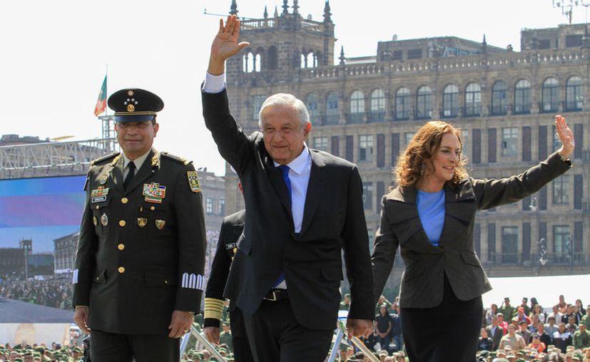 """El presidente AMLO y su esposa Beatriz aseguran que la Decena Trágica fue realmente Quincena Trágica"""". (Foto: Notimex)."""