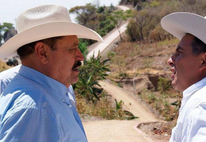 El alcalde de Ayutla, Manuel Gómez Torres, se convirtió en la segunda figura pública asesinada en el año ese municipio, tras la ejecución del jefe de la Policía Municipal, Juan Ramón Ramírez. En la imagen, acompaña al malogrado alcalde, el diputado Juan Cuevas García. (miradainformativa.com)