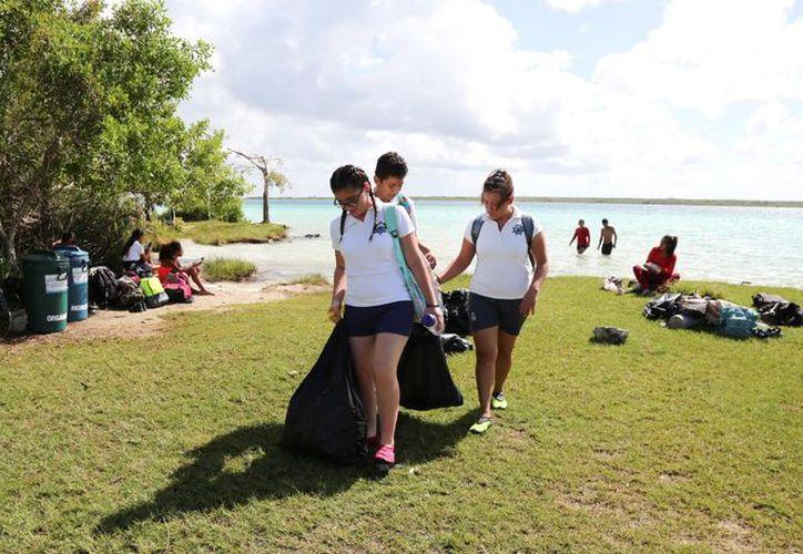 Grupos de estudiantes también formaron parte del comité para retirar envases de plástico, bolsas y basura en general. (Javier Ortiz/SIPSE)