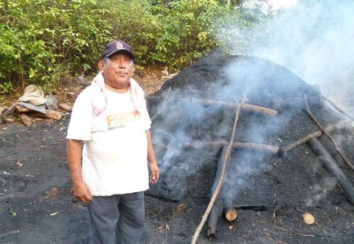 Juan Zacarías Hau Dzib es el representante de los carboneros en el ejido San Pedro. (Raúl Balam/SIPSE)