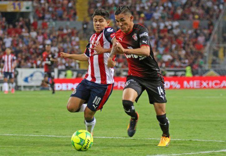 Las Chivas del Guadalajara vencieron 1-0 al equipo Atlas, en la lucha por pasar a las semifinales de la Liga MX, ayer.  (Televisa.com)