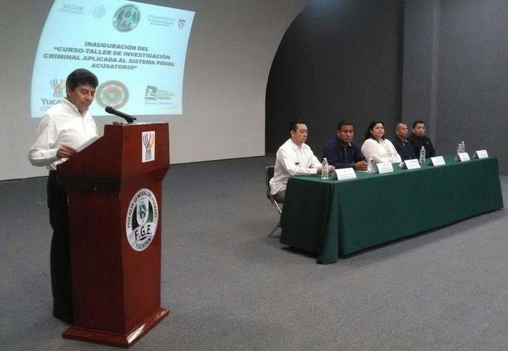 El fiscal General, Ariel Francisco Aldecua Kuk, presidió la presentación del curso de  Investigación criminal del nuevo Sistema penal acusatorio en Mérida. (Luis Fuente/Milenio Novedades)