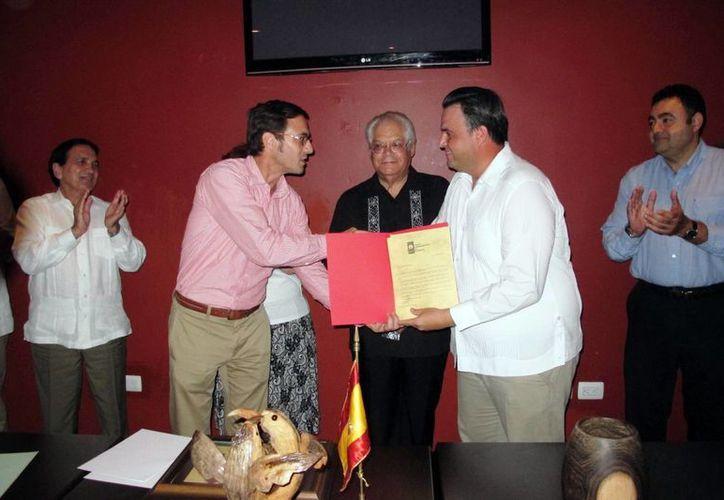 Raymundo Rivera González, presidente del CIHP, entrega el reconocimiento a Álvaro Mimenza Aguiar. (Milenio Novedades)