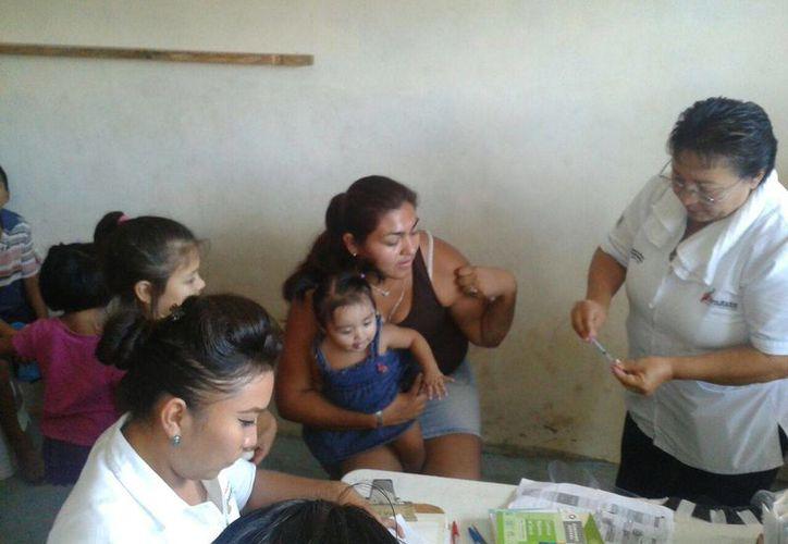 Decenas de familiar llegaron al módulo de vacunación. (Rubí Velázquez/SIPSE)