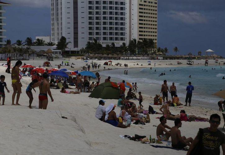 Los fines de semana hubo mayor repunte en la zona de playas de Cancún. (Israel Leal/SIPSE)