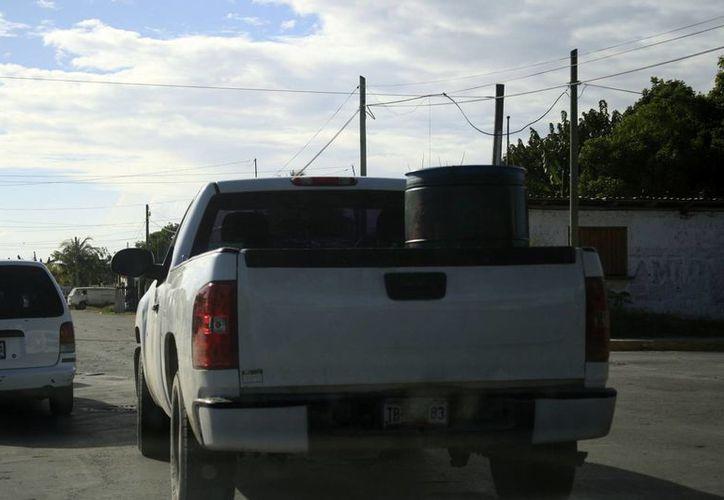 El traslado de tambos de combustible, de hasta 20 litros, ha levantado sospechas. (Harold Alcocer/SIPSE)