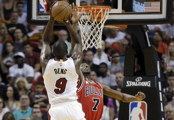 Luol Deng (9) se prepara para encestar en partido en que su equipo Heat de Miami venció a Bulls de Chicago. (AP)
