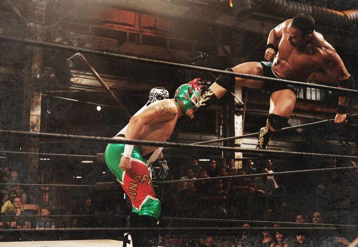 Chavo Guerrero Jr. (d) durante la grabación de la serie 'Lucha Underground', que cuenta con Mark Burnett, ganador del premio Emmy, como productor. (Foto: AP)