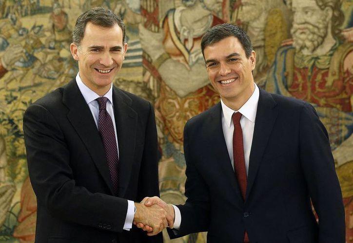 El rey Felipe VI, a la izquierda, saluda al líder socialista Pedro Sánchez antes de su encuentro en el Palacio de la Zarzuela en Madrid el martes 2 de febrero del 2016. (Chema Moya, Pool Photo via AP)