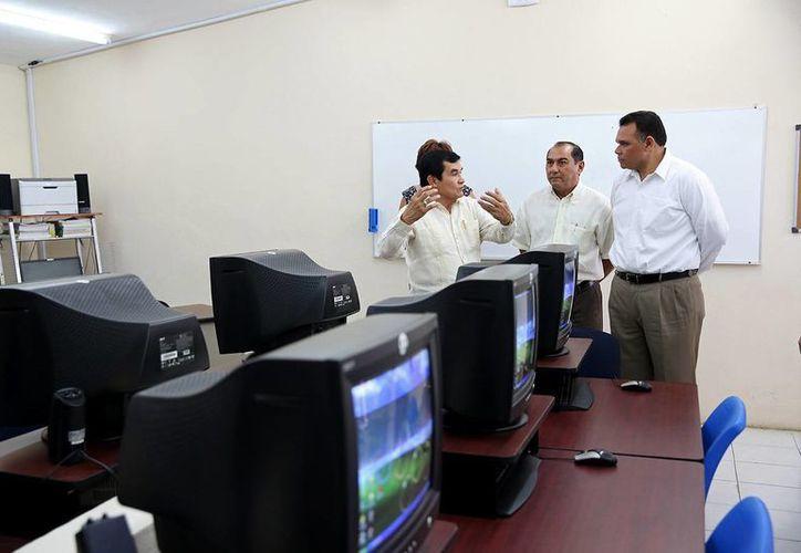 El gobernador Rolando Zapata supervisa la impresión en línea de certificados escolares, que se puso en marcha ayer jueves. (SIPSE)