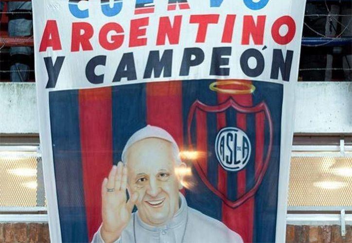 Con el paso del tiempo el cura al que el entrenador de futbol, Alfio Basile, ordenó sacar del vestidor del San Lorenzo, se convirtió en el Papa Francisco. (AP/Foto de archivo)