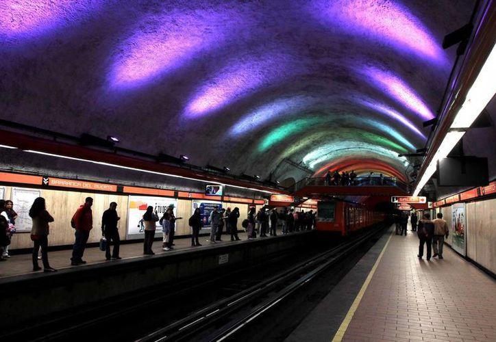 El Metro de la ciudad de México implementó una iluminación especial en el marco de Día Mundial Contra el Cáncer, para sumarse a los esfuerzos contra esta enfermedad. (Foto: Archivo/Notimex)