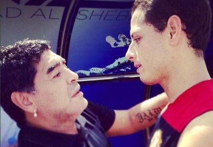 Maradona, que trabaja en Dubai, aprovechó la llegada del <i>ManU</i> al país para ver uno de sus entrenamientos y se tomó una foto con 'Chicharito' Hernández. (ch14_instagram)