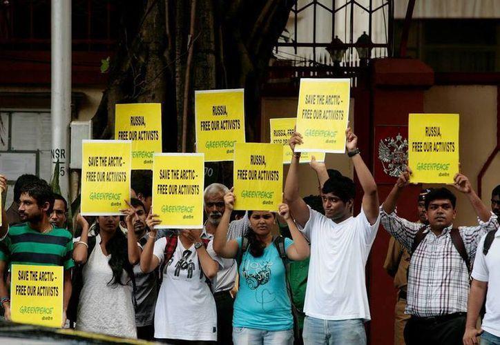 Simpatizantes de Greenpeace de varios países protestan por la detención de los activistas por autoridades rusas. (Facebook oficial)