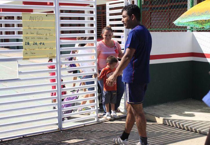 El paro de labores causó molestia entre los padres de familia. (Harold Alcocer/SIPSE)