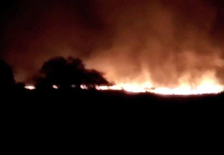 Imagen tomada de un video de K.K.Productions muestra la magnitud del enorme incendio en un arsenal en Pulgaon, en el estado de Maharastra, en India. (Agencias)
