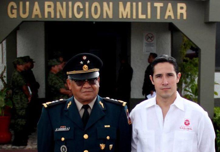 El comandante de la Guarnición Militar y el alcalde en el anuncio de la campaña. (Cortesía/SIPSE)
