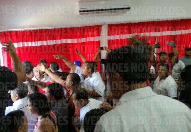 Los hechos se registraron durante la asamblea del registro de socios en Tulum. (Sara Cauich/ SIPSE)