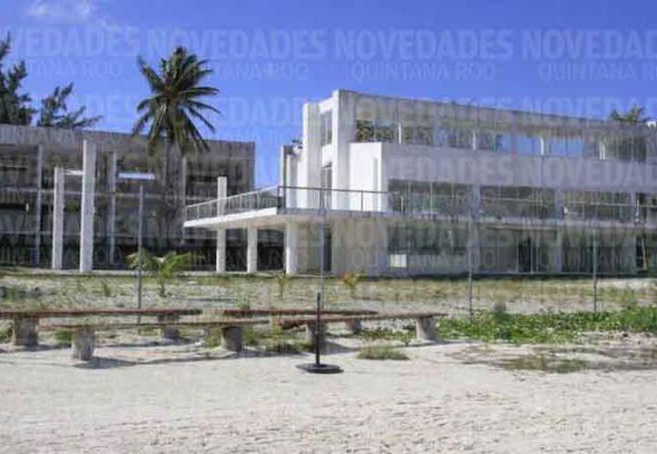 Los predios están cercados y sólo hay tres entradas, una por la playa y dos sobre el bulevar Kukulcán. (Redacción/SIPSE)