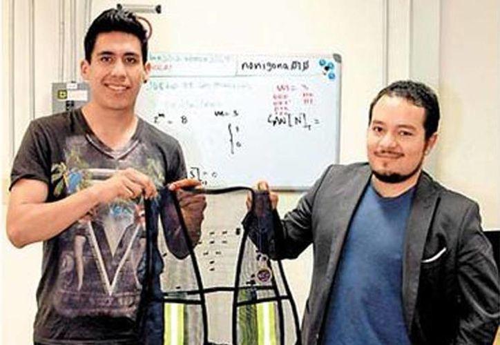 Imagen de los creadores del chaleco inteligente llamado Safe Ride: Damián Real y Roberto Rivas. (Milenio)