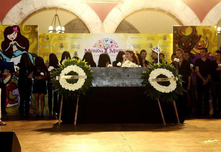 El entierro de Juan Carnaval frente al Palacio Municipal de Mérida. (Christian Ayala/SIPSE)