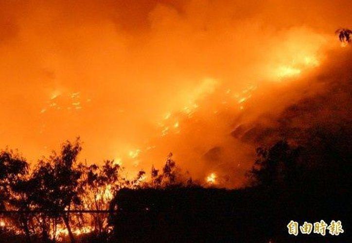La basura se quemó rápidamente y generó un denso humo en el lugar. (Foto: ITN).