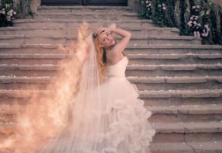 Shakira se muestra como nunca antes en el video de su canción 'Empire'. (Captura de pantalla de YouTube)