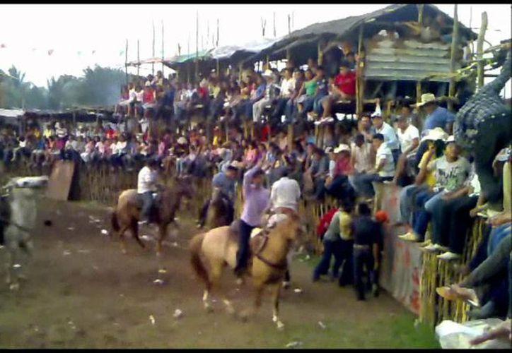 De acuerdo con el gobierno de Yucatán, los torneos de lazo están prohibidos, pero continúan realizándose. (youtube.com)