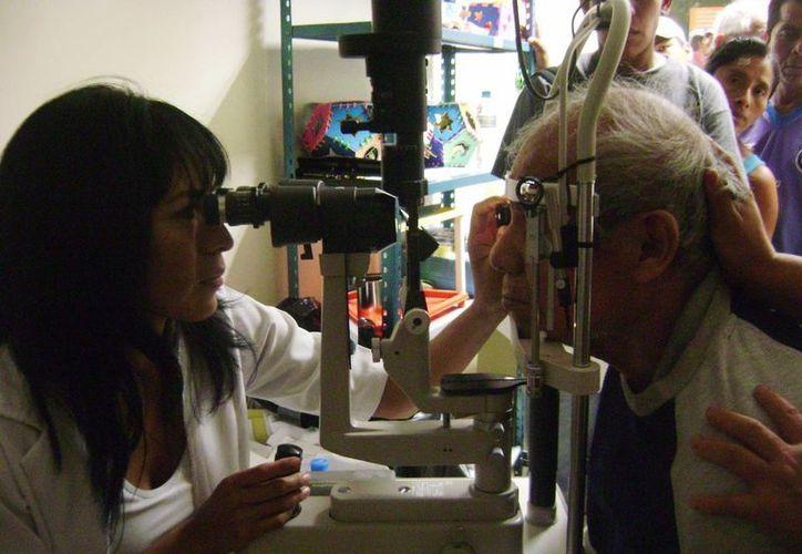 """La Campaña Preventiva de Salud Visual es realizada por el Sistema DIF de Solidaridad y la fundación """"Dame un poco de luz"""". (Irelis Leal/SIPSE)"""