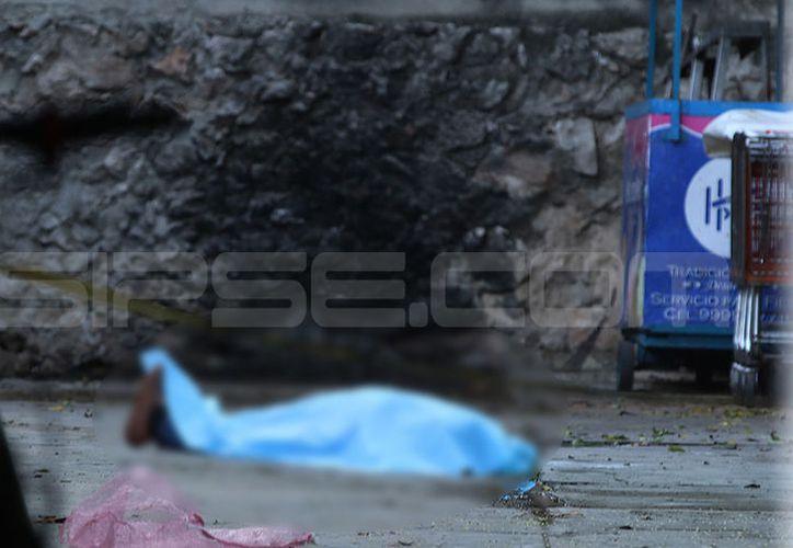 El cuerpo del joven quedó tirado en el piso de la bodega. (Aldo Pallota/SIPSE)