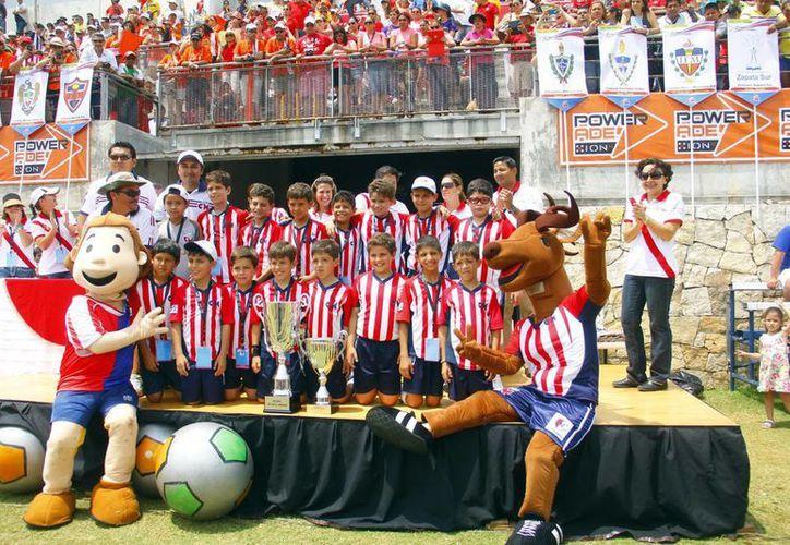 Jugadores y cuerpo técnico del equipo del Colegio Montejo celebran la obtención del título en varonil menor en la Copa Champagnat. (Milenio Novedades)