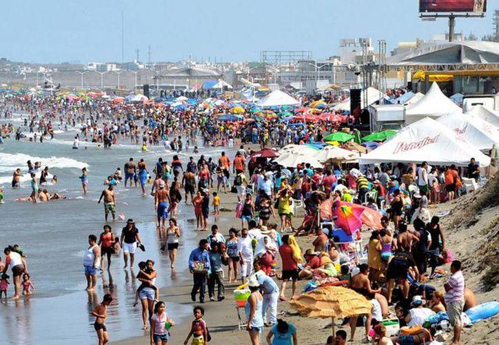 Playas, ríos, sitios arqueológicos, ecoturismo y balnearios, son algunas opciones que los turistas pueden disfrutar en México. Imagen de una playa de Veracruz. (Notimex)
