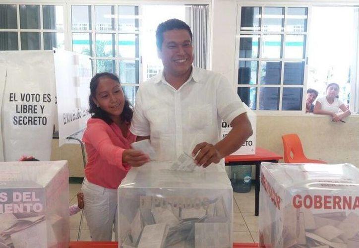 Fernando Zelaya Espinoza, acudió a ejercer su voto al mediodía de este domingo, acompañado de sus hijos, familiares y amigos. (Paloma Wong/SIPSE)