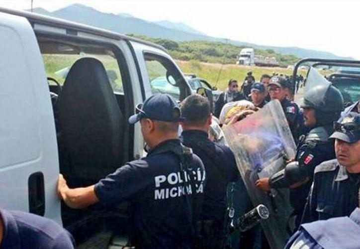 Los normalistas son acusados de los delitos de robo calificado, privación ilegal de la libertad y ataques a las vías de comunicación. (twitter.com/Coordinadora1DM)