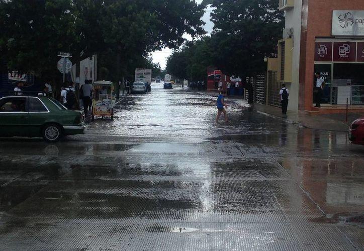 En las zonas bajas de la colonia Ejidal el agua alcanzó los 30 centímetros debido a que el drenaje pluvial no funcionó como se esperaba. (Luis Ballesteros/SIPSE)