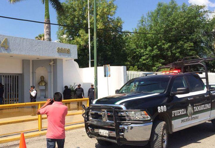 La policía mantuvo el control de la situación en la preparatoria. (Internet)