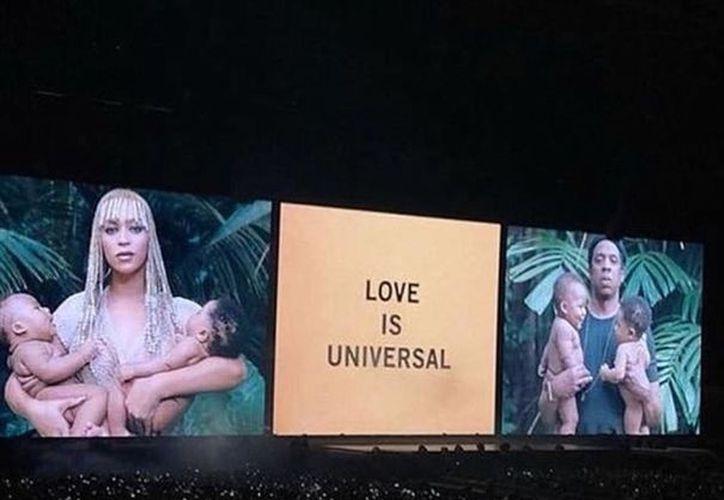 Aparece la leyenda: Love is Universal en medio de ambos retratos. (vanguardia.com)