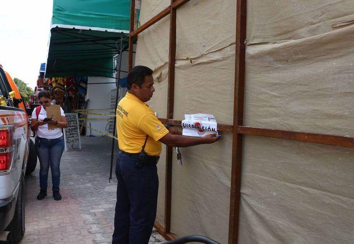Protección Civil clausuró una construcción que puso en riesgo de derrumbe a un edificio cercano. (Adrián Barreto/SIPSE)