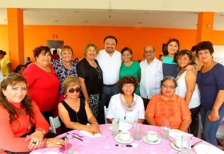 """La agrupación """"mujeres con valor"""" ofrecen orientación jurídica, psicológica, cursos y talleres, entre otras actividades por un desarrollo integral como mujeres; les acompaña el diputado Francisco Torres. (Cortesía)"""