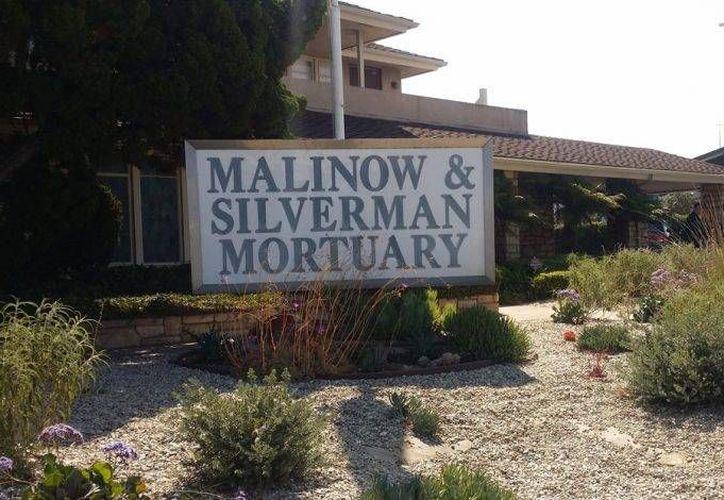 La carroza con el cuerpo de Juan Gabriel partió de la funeraria Malinow (foto) rumbo al aeropuerto internacional de Los Ángeles. (Notimex)