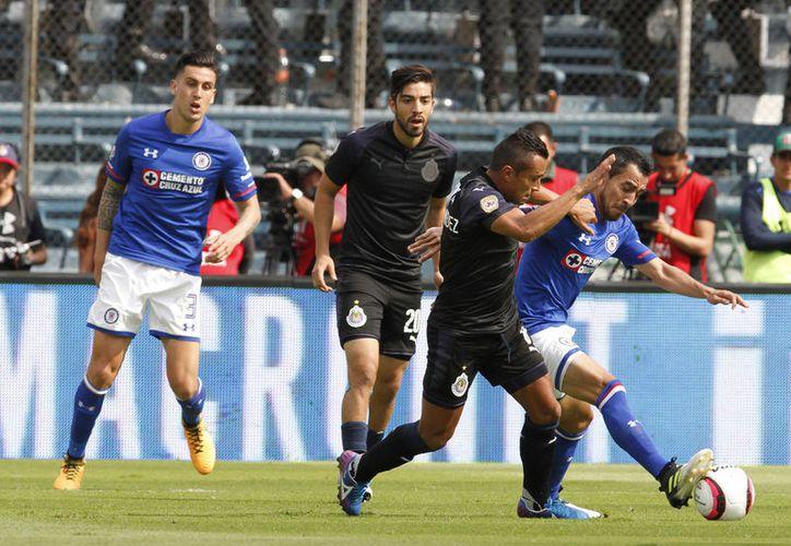 Rodolfo Pizarro anotó su gol después de burlar a la zaga celeste. (Foto: AP)