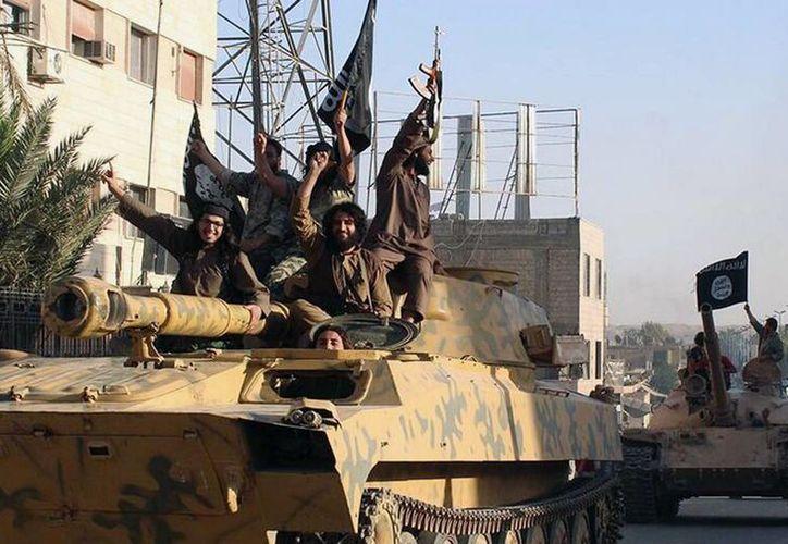 Imagen que muestra a miembros del Estado Islámico en la ciudad de Raqqa, Siria. (Agencias)