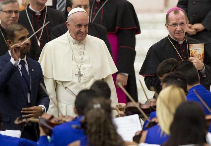 El Papa Francisco durante su reunión con miembros de la Fraternidad Católica de las Comunidades y Asociaciones Carismáticas en el Aula Pablo VI en el Vaticano, este viernes 31 de octubre de 2014. (EFE)
