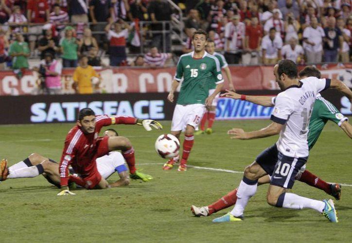 Hasta Landon Donovan (d), que está en la parte final de su carrera, anotó en la meta de México. (Agencias)