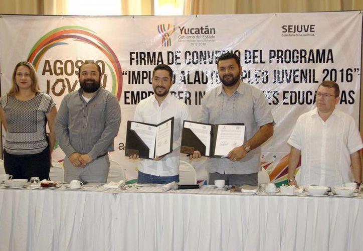 Luis Enrique Borjas Romero, titular de la Sejuve, durante la firma de un convenio con 19 instituciones educativas para sacar adelante a emprendedores. (Foto cortesía del Gobierno estatal)